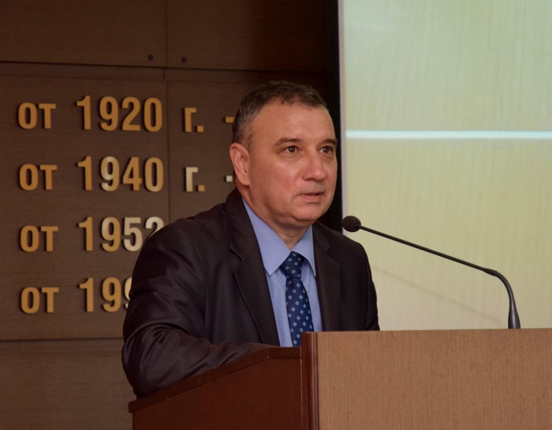 """Проф. д-р Димитър Димитров, декан на факултет """"Икономика на инфраструктурата"""", ръководител на катедра """"Национална и регионална сигурност"""" и директор на Центъра за подкрепа на ядрената сигурност, представи гост-лекторите като посочи, че събитието е организирано от катедра """"Национална и регионална сигурност"""" и Руската държавна корпорация за атомна енергия """"Росатом"""" в изпълнение на меморандума за сътрудничество между УНСС и """"Росатом Централна Европа"""", подписан от ректора проф. д.ик.н. Стати Статев и Вадим Титов през октомври 2017 г."""