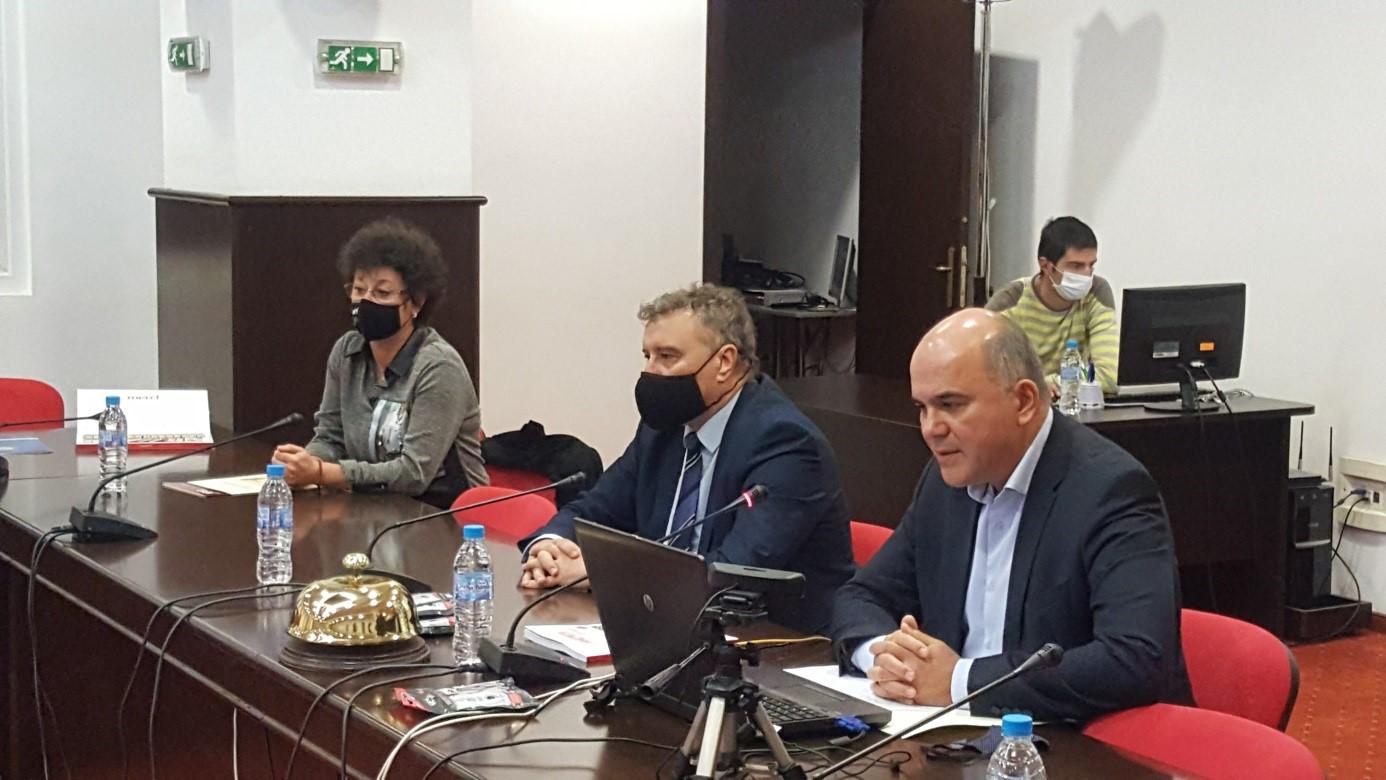 """Форумът беше открит от ръководителя на катедра """"Икономика на търговията"""" доц. д-р Бисер Петков, който подчерта, че периодичното провеждане на научни конференции по актуални въпроси на теорията и практиката на търговията е част от 68-годишната академична традиция на катедрата."""