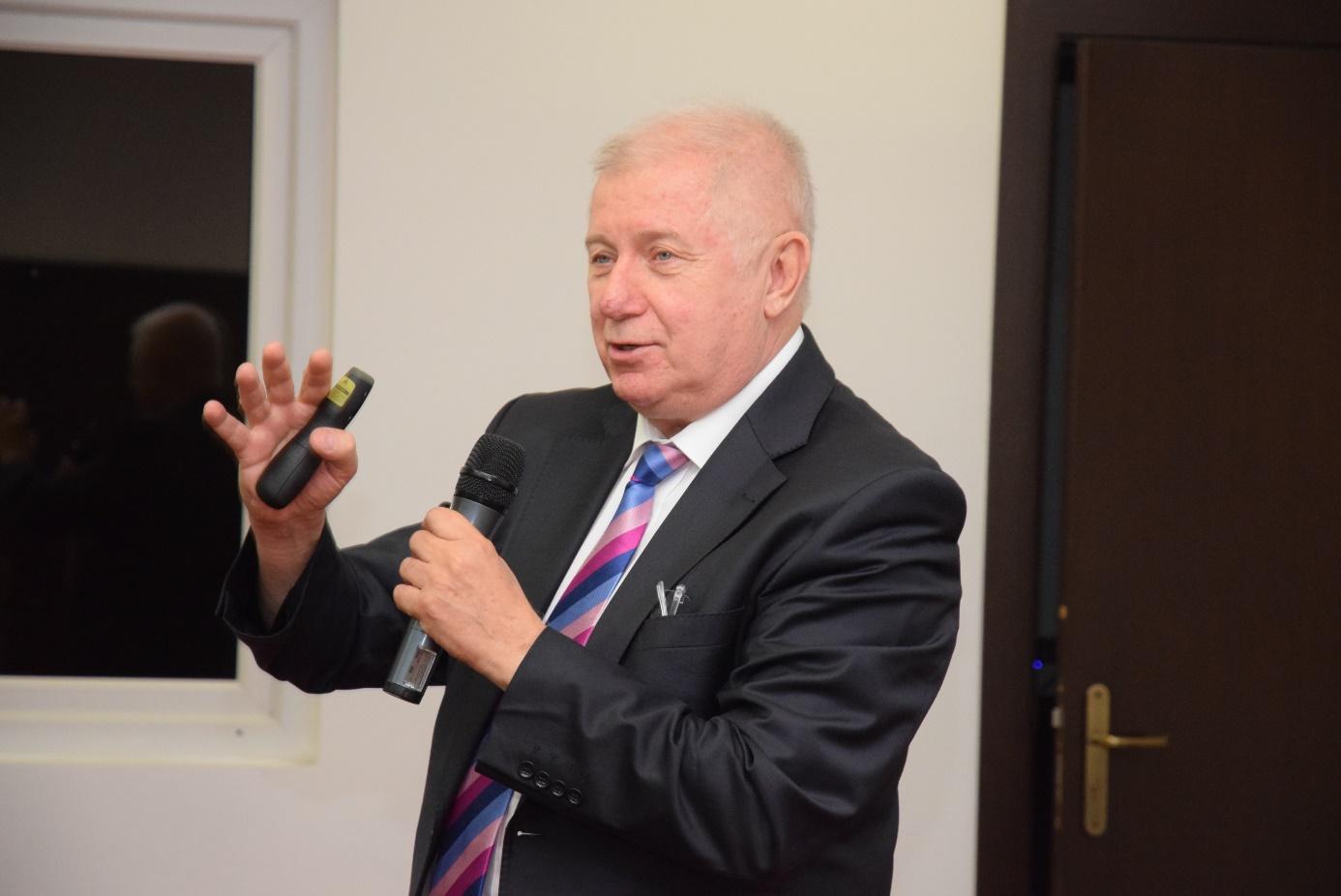 """В доклада си на тема """"Дигитализация на икономиката в среда на Големи данни"""" проф. д.ик.н. Валентин Кисимов, директор на Центъра за компютърни иновативни системи, разгледа механизма за обработване на данните и дигитализирането на процесите."""