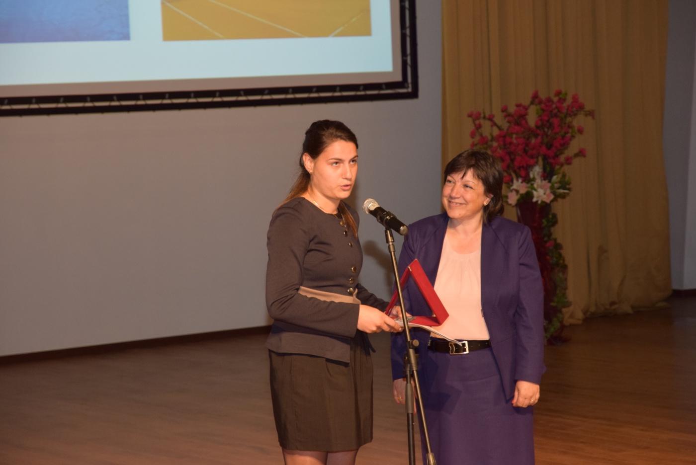 Доц. Славова връчва наградата на Виолета Игнатова