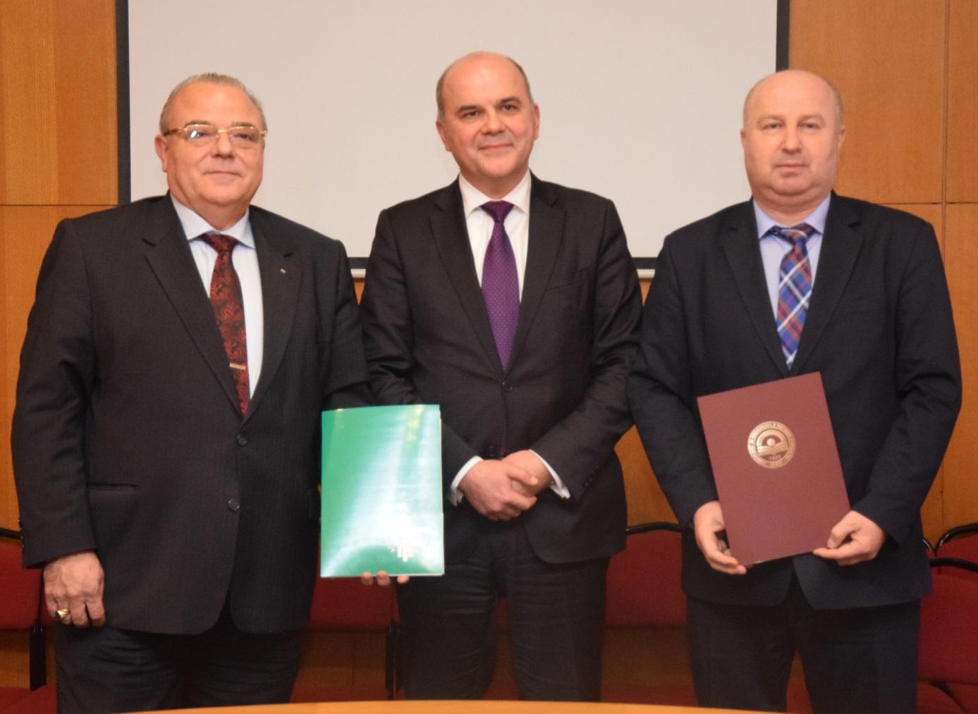 Ректорът на УНСС проф. д.ик.н. Стати Статев и Драгомир Николов, изпълнителен директор на Агенцията по заетостта, подписаха споразумение за сътрудничество и съвместна дейност между двете институции<i>.</i><i>&nbsp;</i>На церемонията присъства доц. д-р Бисер Петков, министър на труда и социалната политика и ръководител на катедра &bdquo;Икономика на търговията&ldquo;.&nbsp;<i>&nbsp;</i>