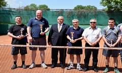 Проф. д.ик.н. Стати Статев връчи наградите на победителите в турнира по тенис на корт за Купата на ректора на УНСС